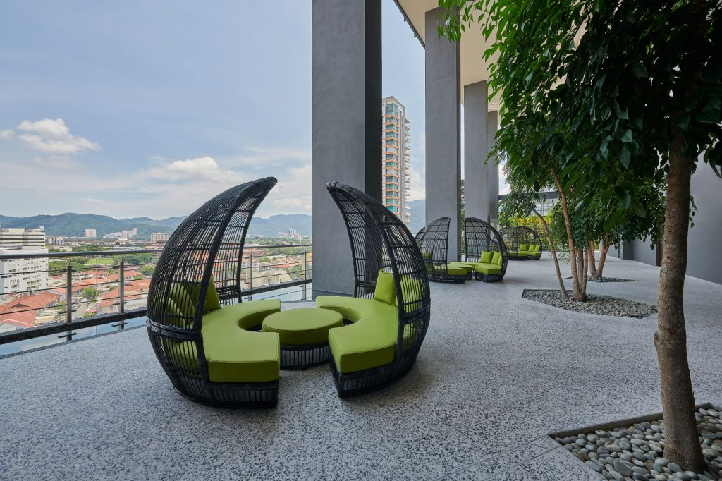 Cosy seating at the pool terrace with a view of Georgetown.